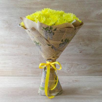11 жёлтых хризантем Балтика в крафт-бумаге