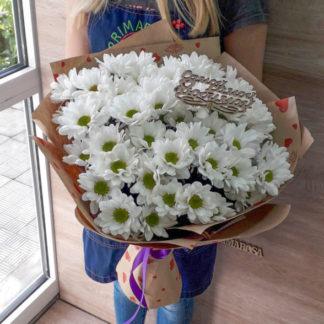 11 белых хризантем Бакарди в крафт-бумаге