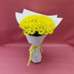 11 жёлтых хризантем Бакарди в крафт-бумаге