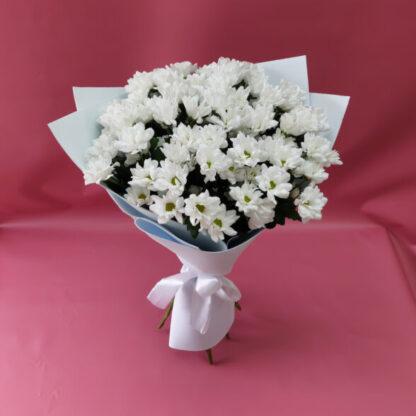 Букет из белой хризантемы Бакарди в крафт-бумаге