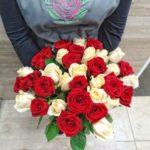 35 красно-кремовых роз