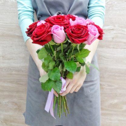 15 красных и розовых роз