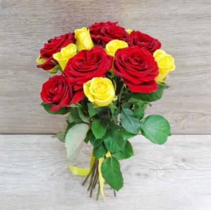 15 красных и желтых роз