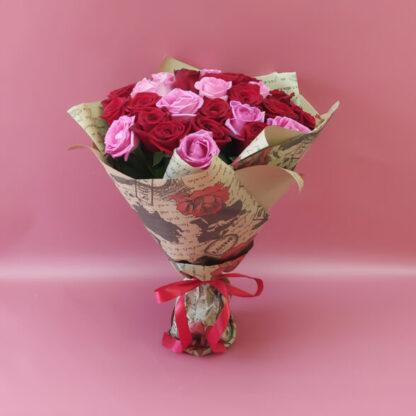 25 красных и розовых роз