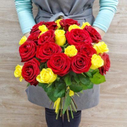 25 красных и желтых роз