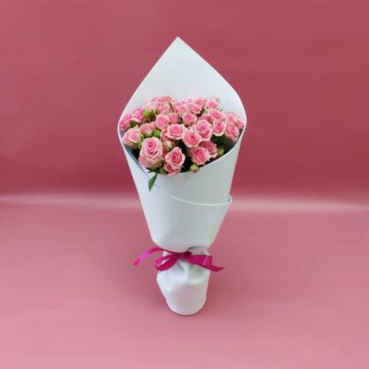 Букет из розовых кустовых роз