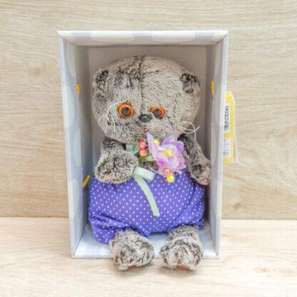 Кот Басик в сиреневых шортах с букетом