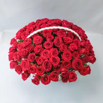 Красная роза в корзине